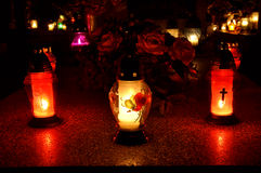 Grupp av stearinljus på grav under all saints dag Arkivfoton
