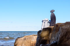 Grupp av stenar på kust Royaltyfri Bild