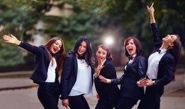 Grupp av stilfulla lyckliga kvinnor på aftongatan Arkivfoto