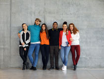 Grupp av stilfulla unga universitetsstudenter royaltyfri bild