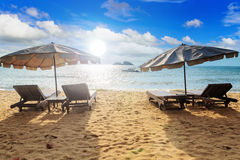 Grupp av stol på stranden Arkivbilder