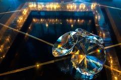 Grupp av stora diamanter som skiner på den Glass tabellen för reflexionssvart på hörnet som används som mall Royaltyfri Bild