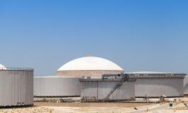 Grupp av stora olje- behållare Ras Tanura Saudiarabien Arkivbilder