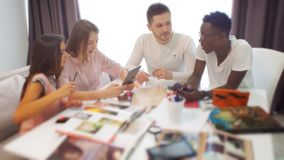Grupp av studenter eller det unga affärslaget som arbetar på ett projekt stock video