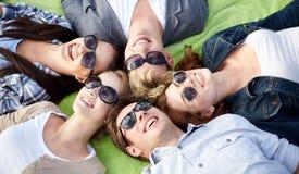 Grupp av studenter eller tonåringar som ligger i cirkel Arkivfoton