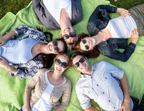 Grupp av studenter eller tonåringar som ligger i cirkel Arkivfoto