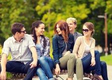 Grupp av studenter eller tonåringar som ut hänger Arkivbilder