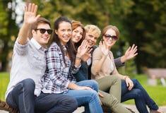 Grupp av studenter eller tonåringar som vinkar händer Royaltyfria Bilder