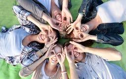 Grupp av studenter eller tonåringar som ligger i cirkel Fotografering för Bildbyråer