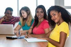 Grupp av studenter från Indien, Brasilien, Tyskland och USA royaltyfri fotografi