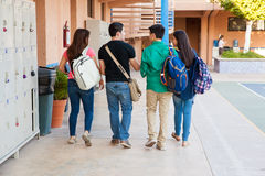 Grupp av studenter i ett hall royaltyfri bild