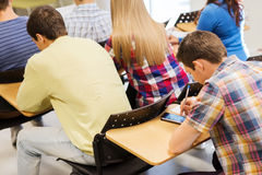 Grupp av studenter i klassrum royaltyfri fotografi