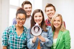 Grupp av studenter med megafonen på skolan Royaltyfri Fotografi