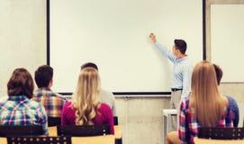 Grupp av studenter och leläraren i klassrum Arkivfoto