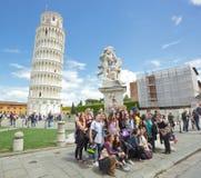 Grupp av studenter på bildande tur i pisa Arkivfoto