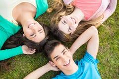 Grupp av studenter på skolaträdgården Royaltyfria Bilder