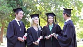 Grupp av studenter som deltar i avläggande av examenceremoni lager videofilmer