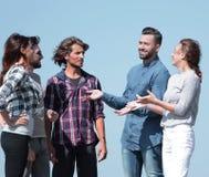 Grupp av studenter som diskuterar nya idéer Royaltyfria Bilder