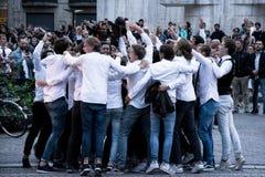 Grupp av studenter som festar i gatan i Amsterdam fotografering för bildbyråer