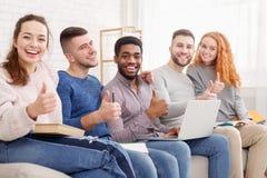 Grupp av studenter som hemma förbereder sig för examina royaltyfria bilder