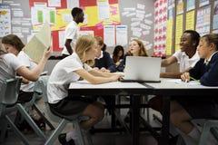 Grupp av studenter som lär i klassrum fotografering för bildbyråer