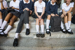 Grupp av studenter som sitter i raden royaltyfri foto
