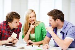 Grupp av studenter som skvallrar på skolan Royaltyfri Foto