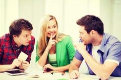 Grupp av studenter som skvallrar på skolan Arkivfoton