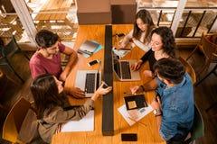Grupp av studenter som tillsammans arbetar arkivfoto