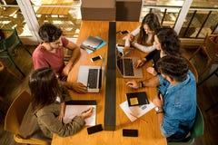 Grupp av studenter som tillsammans arbetar fotografering för bildbyråer