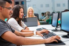 Grupp av studenter som utbildar på datorer. Arkivfoto