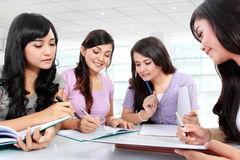 Grupp av studentflickor royaltyfri bild