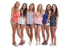 Grupp av sunda brunbrända le sommartonåringar Arkivfoto