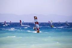 Grupp av surfare i handling Royaltyfria Foton