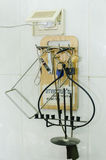 Grupp av tangenter på väggen royaltyfri bild