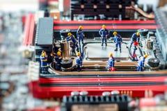 Grupp av tekniker som reparerar CPU begrepp isolerad teknologiwhite Royaltyfri Fotografi