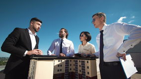 Grupp av teknikerer och arkitekter i ett möte stock video