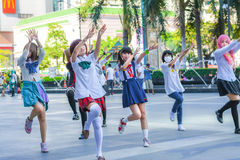Grupp av thailändska cosplayers som dansar som räkningsflickor för offentlig show Royaltyfri Foto
