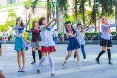 Grupp av thailändska cosplayers som dansar som räkningsflickor för offentlig show Arkivfoton