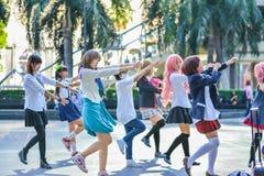 Grupp av thailändska cosplayers som dansar som räkningsflickor för offentlig show Royaltyfria Foton
