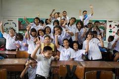 Grupp av thailändska studenter i klassrumet royaltyfria bilder