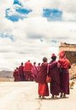 Grupp av tibetana munkar vid den Sichuan byn i Tibet Fotografering för Bildbyråer