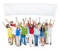 Grupp av tillfälligt folk med deras lyftta armar fotografering för bildbyråer