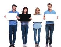 Grupp av tillfälligt folk som framlägger tomma kort Arkivbild