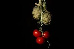 Grupp av tomater och kronärtskockor Arkivbilder