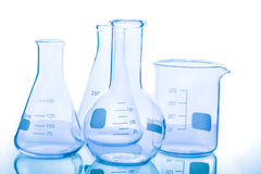 Grupp av tomma laboratoriumflaskor Arkivfoton