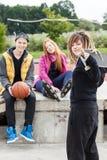 Grupp av tonåriga skateboarders Arkivbild