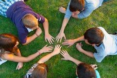Grupp av tonåringar som har utomhus- gyckel Fotografering för Bildbyråer