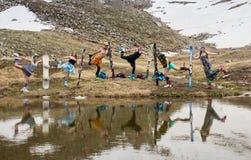 Grupp av tonåringar som läggas på den insnöade vintertiden Fotografering för Bildbyråer
