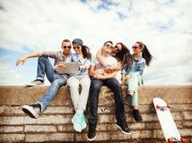 Grupp av tonåringar som ser minnestavlaPC Royaltyfria Foton